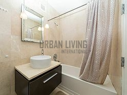 Modern residence Financial District - Bathroom